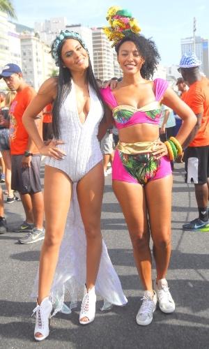 06.fe.2016 - Letícia Lima e Sheron Menezzes posam para foto durante o desfile do Bloco da Favorita, no Rio de Janeiro.