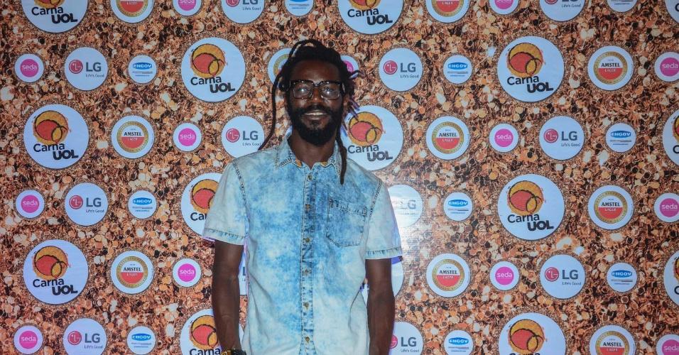 5.fev.2015 - O cantor Jonathan Azevedo, mais conhecido como Negueba, do Grupo Melanina Carioca, no CarnaUOL RJ