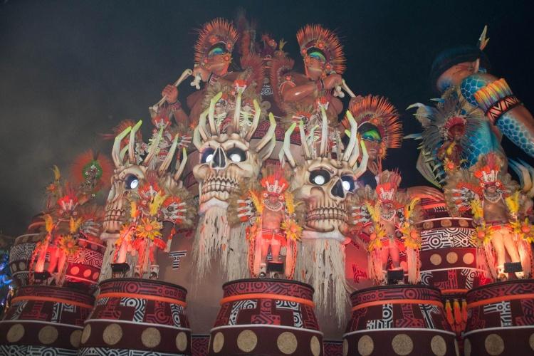 6.fev.2016 - Carro alegórico que representa os nativos de Ilhabela entra na avenida no desfile de Unidos da Vila Maria, na madrugada deste sábado