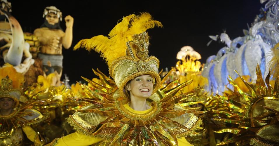 6.fev.2016 - Integrantes da Águia de Ouro, a terceira escola de samba a desfilar na primeira noite do Carnaval de São Paulo