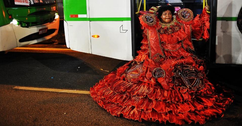 7.fev.2016 - Integrante da Dragões da Real senta-se nas escadas de ônibus na dispersão do desfile, que aconteceu na madrugada deste domingo