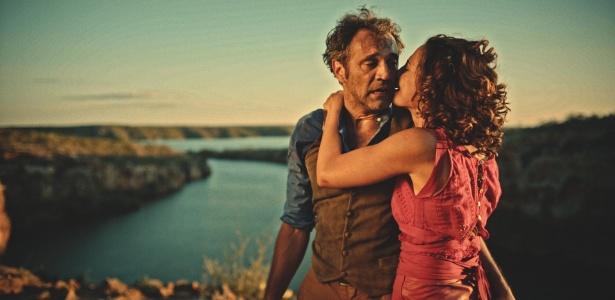 Domingos Montagner só faltava gravar três cenas finais de Santo, inclusive o casamento com Tereza (Camila Pitanga) - Divulgação