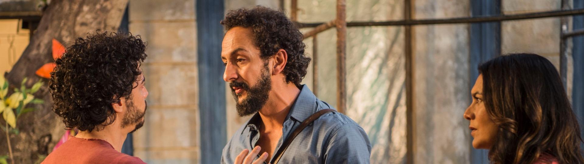 Beatriz (Dira Paes) observa discussão entre Martim (Lee Taylor) e Bento (Irandhir Santos) em