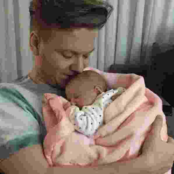 14.ago.2016 - Thais Fersoza publica foto de Michel Teló com a filha, Melina, em homenagem ao Dia dos Pais - Reprodução/Instagram/tatafersoza