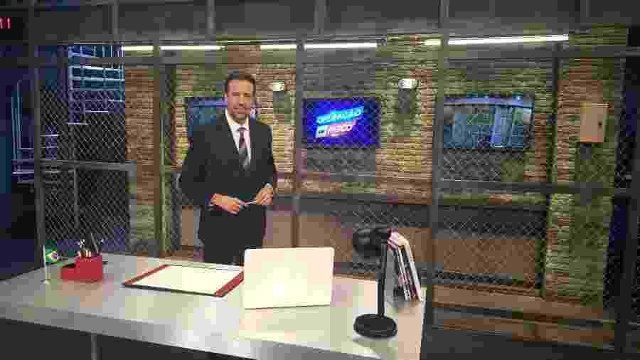 """O apresentador Jorge Lordello no cenário do reality policial """"Operação de Risco"""", da RedeTV! - Divulgação"""