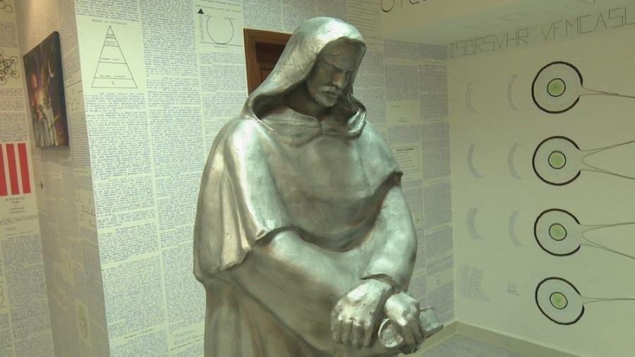 No quarto de Bruno, a obra era escrita até mesmo nas paredes e móveis que restaram no cômodo. Tudo meticulosamente arranjado em volta de uma estátua do filósofo Giordano Bruno (1548 - 1600) - Reprodução