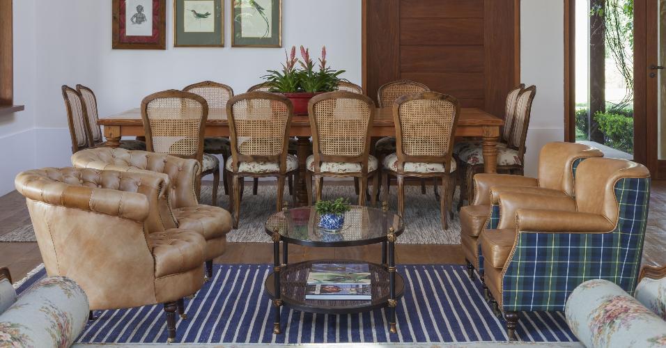 Os tapetes também têm a função de delimitar os espaços, como acontece nesta casa de campo decorada pela In House Designers de Interiores. Enquanto o modelo listrado azul define a saleta de visitas, o bege, ao fundo, demarca a sala de jantar