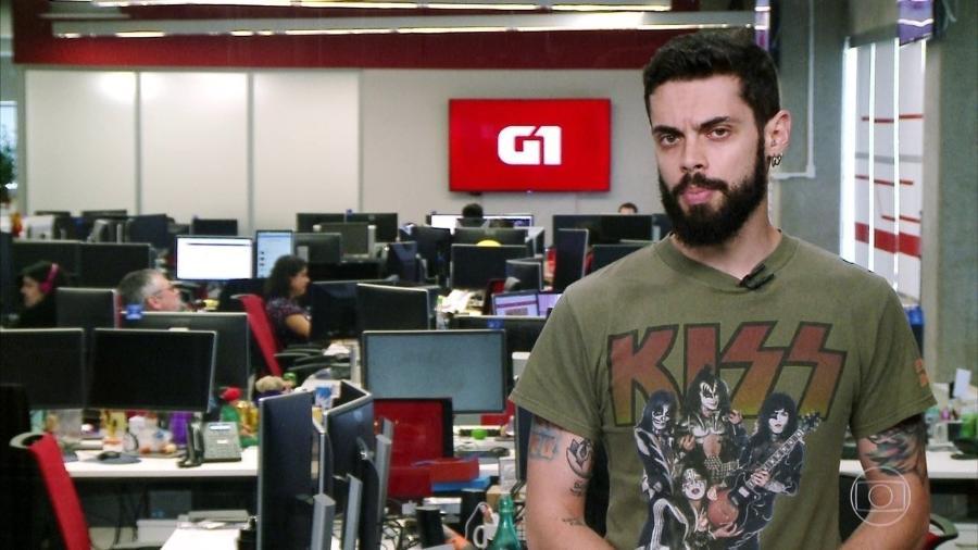 O jornalista Cauê Fabiano apresenta boletim de notícias da Globo vestindo camiseta da banda Kiss - Reprodução/TV Globo