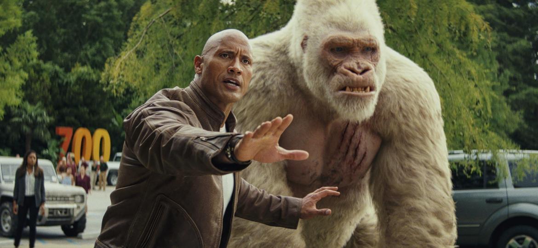 """Dwayne Johnson e o gorila George em cena de """"Rampage: Destruição Total"""" - Warner Bros./Divulgação"""