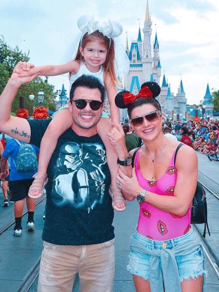 Ceará e Mirella Santos levaram a filha, Valentina, para curtir as férias na Disney - Reprodução/Instagram