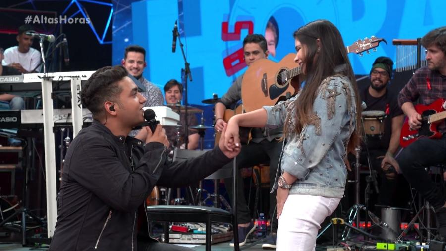 Juliano pede a noiva Mohana em casamento no palco do Altas Horas - Reprodução/TV Globo