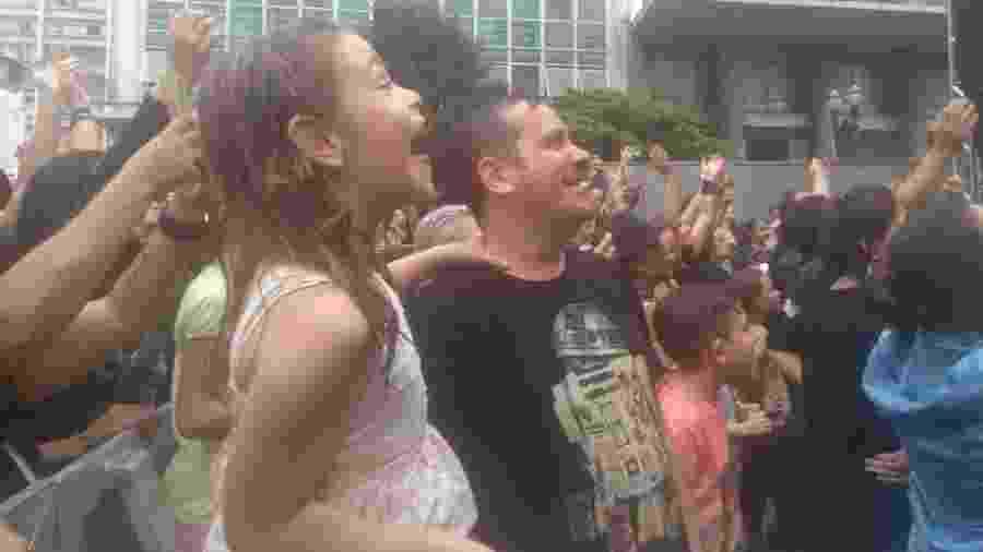 Laís, 7 anos, vibra ao ver o show da cantora Pitty, ao lado pai, Ricardo Grecco, 40 anos - Soraia Gama/UOL