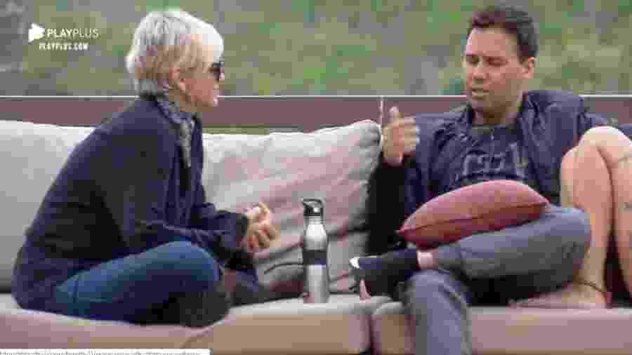 Viny conversa com Andréa na área externa da sede - Reprodução/PlayPlus