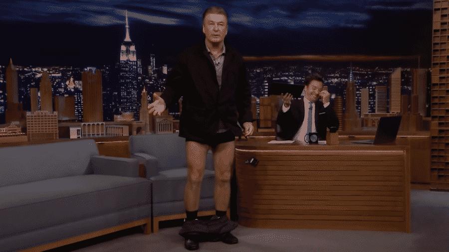 Alec Baldwin abaixa calça ao vivo no programa de Jimmy Fallon - Reprodução/Youtube