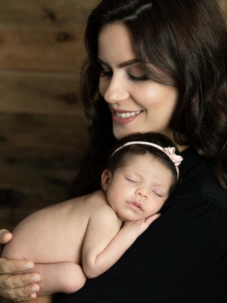 Débora Bergamasco, jornalista do SBT, e a filha Marília (15 dias hoje) - Flor de Lis Fotografia