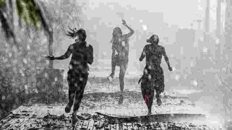 Luna (Juliana Paiva), Kyra ( Vitoria Strada) e Alexia (Deborah Secco) no meio da tempestade de Salve-se Quem Puder - Divulgação/ Globo/João Miguel Júnior - Divulgação/ Globo/João Miguel Júnior