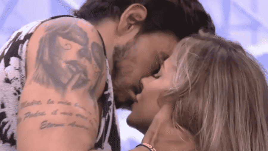 Gabi e Guilherme se beijam durante festa do líder - Reprodução/Globoplay