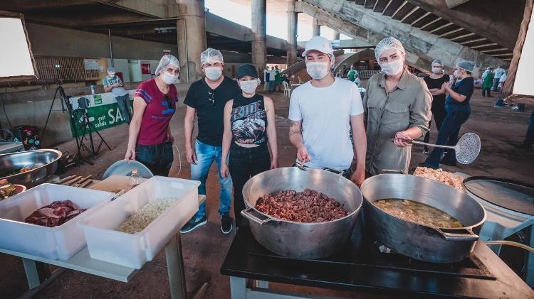 Sertanejos e amigos cozinham para médicos em Goiânia - Divulgação