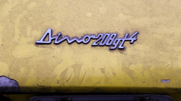Logotipos do carro ainda são visíveis na parte externa; pintura original era azul - Amanda Perobelli/UOL