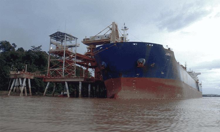 Navio de minério no Rio Amazonas. Segundo estudo recente, 10% do desmatamento na Amazônia são causados pela mineração e sua infraestrutura subsidiária - Thaís Borges - Thaís Borges