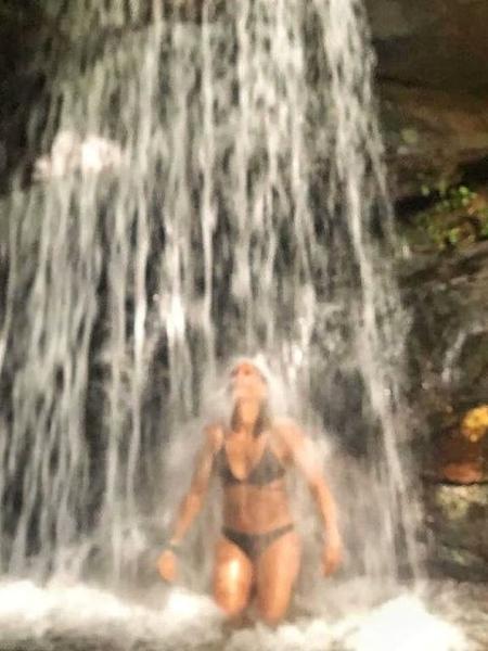 Camila Pitanga toma banho de cachoeira - Reprodução / Instagram