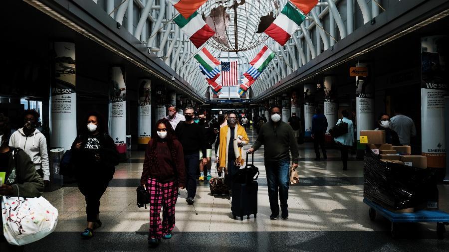 VIajantes caminham no aeroporto em Chicago, nos EUA - Spencer Platt/Getty Images