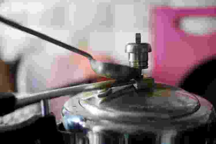 Abrindo a panela de pressão - Getty Images/iStockphoto - Getty Images/iStockphoto