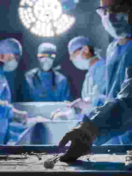 Mesa de cirurgia, cirurgião, instrumentos cirúrgicos, sala de cirurgia, operação - iStock - iStock