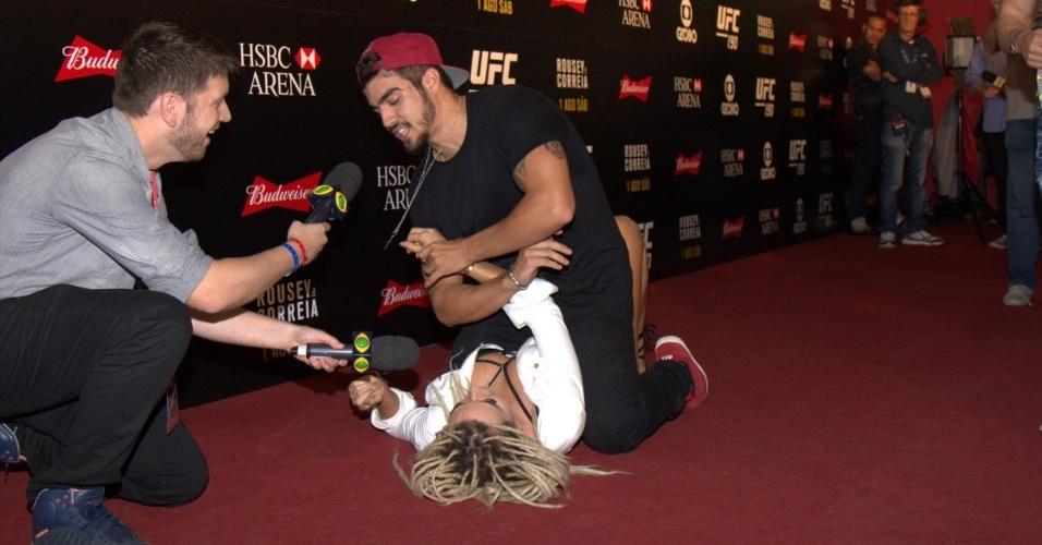 """1.ago.2015- No chão da HSBC Arena, Caio Castro demonstra habilidade com a luta ao simular golpe na Mendigata do """"Pânico"""""""