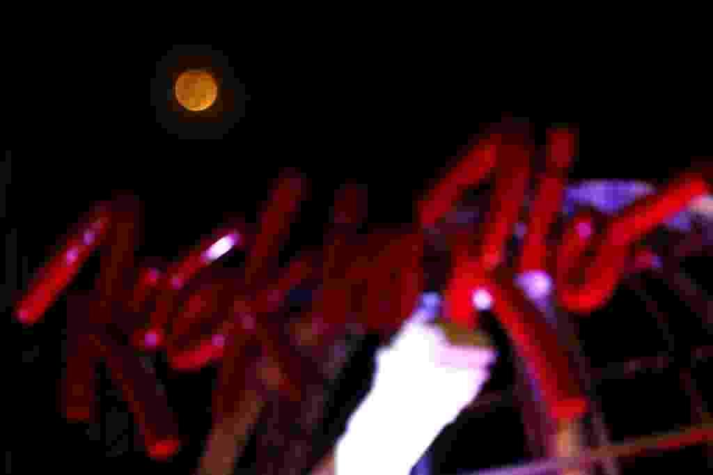 27.set.2015 - A lua da as caras para o último dia de shows do Rock in Rio 2015 - Marcelo Sayão/EFE