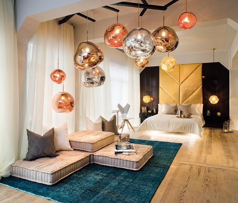 A decoração do quarto no Estúdio da ONG, de Alan Viale Estremadoyro e Felipe Garcia Riesco, foge ao comum. Sobre as almofadas do tipo futon, as luminárias metalizadas se assemelham a bolhas e a cama (ao fundo) parece flutuar | A Casa Cor Peru (www.casacor.com.br) fica em cartaz até 8 de novembro de 2015