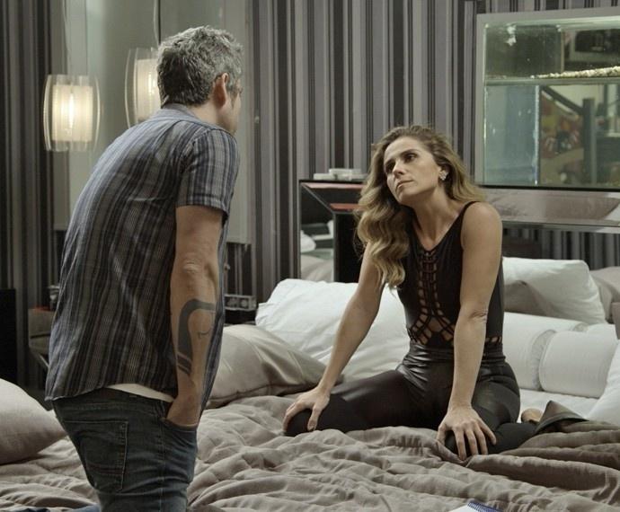 Atena (Giovanna Antonelli) faz intriga e entrega a rival para Romero (Alexandre Nero) em