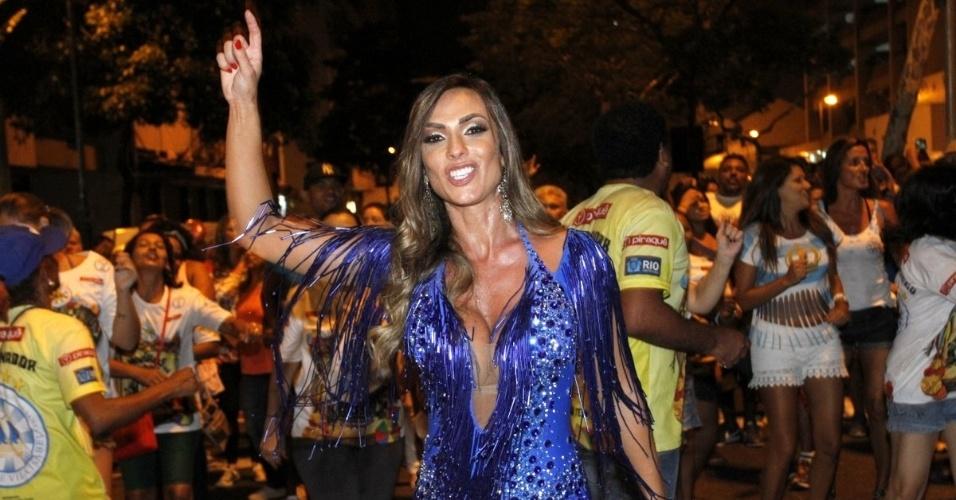 17.jan.2016 - Nicole Bahls participa de ensaio de rua da Vila Isabel, no Rio