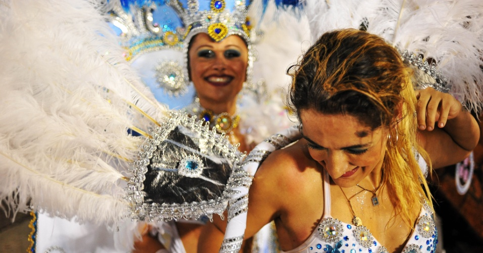 6.fev.2016 - Suor e sorrisos marcam final do desfile da Nenê de Vila Matilde, escola que homenageou a atriz Cláudia Raia no Anhembi