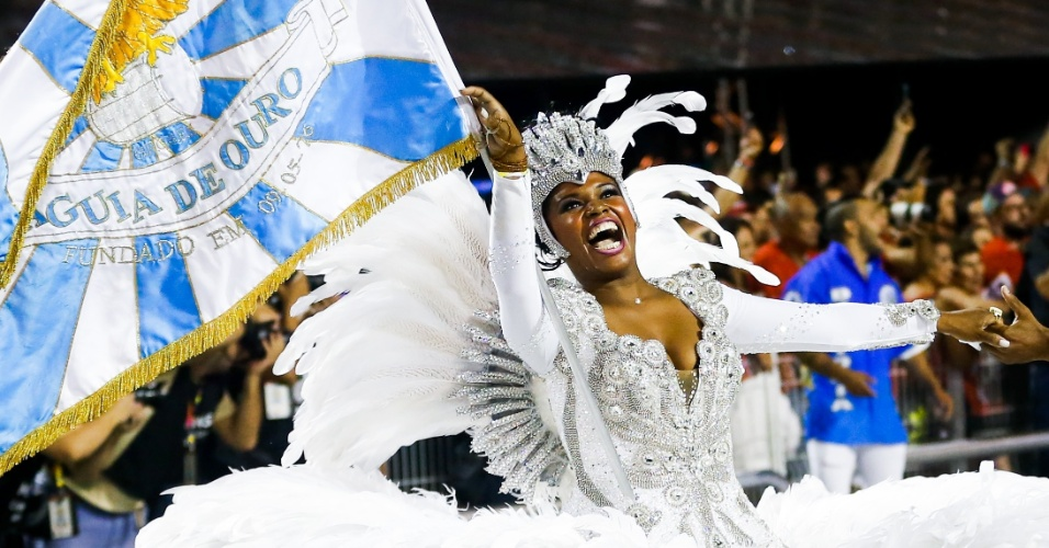 6.fev.2016 - A porta-bandeira da Águia de Ouro agita a avenida em São Paulo