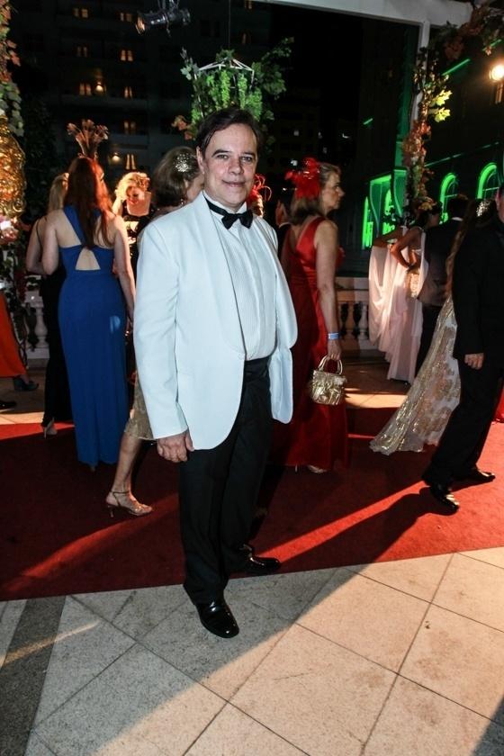 6.fev.2016 - O ator Diogo Vilela chega à festa do Copacabana Palace