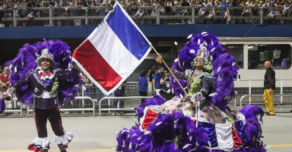 7.fev.2016 - Casal de mestre-sala e porta-bandeira da Vai-Vai carrega bandeira da França. A atual campeã do Carnaval paulista homenageou o país em seu enredo
