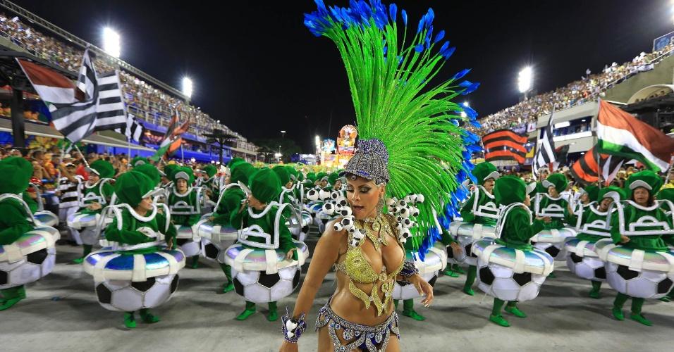 7.fev.2016 - Musa da União da Ilha usa fantasia que representa o futebol, o esporte mais popular no Brasil