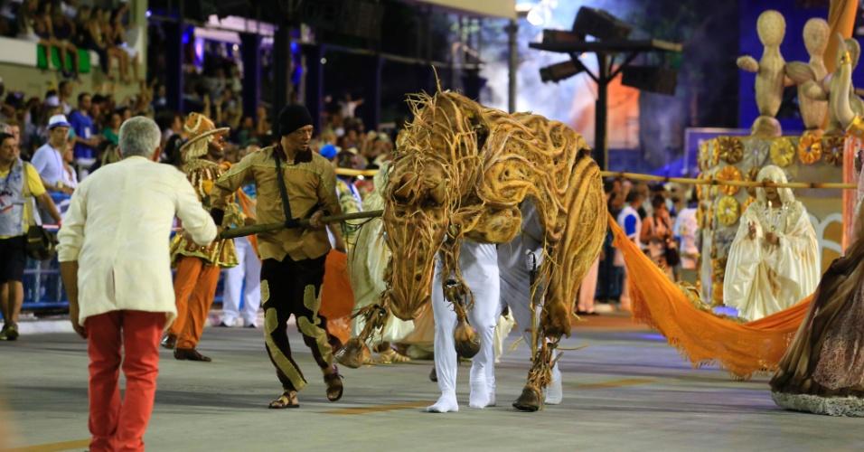 8.fev.2016 - Comissão de frente da Vila Isabel que apresenta samba-enredo sobre o Pai Arraia