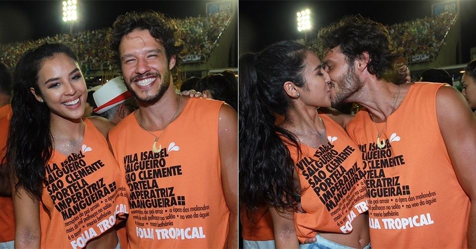 9.fev.2016 - O casal Yanna Lavigne e Nando Rodrigues aproveitam o Carnaval em camarote na Sapucaí