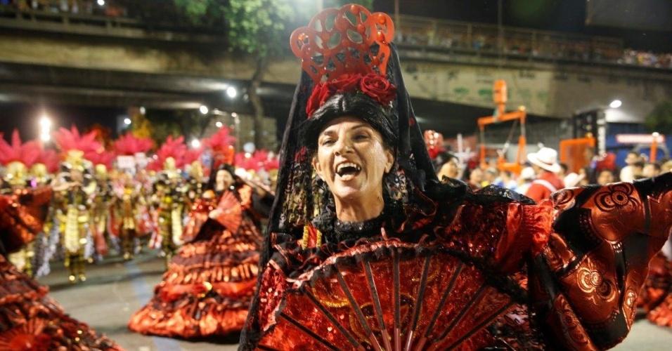 8.fev.2016 - Integrante se aquece na Sapucaí pouco antes do desfile do Salgueiro