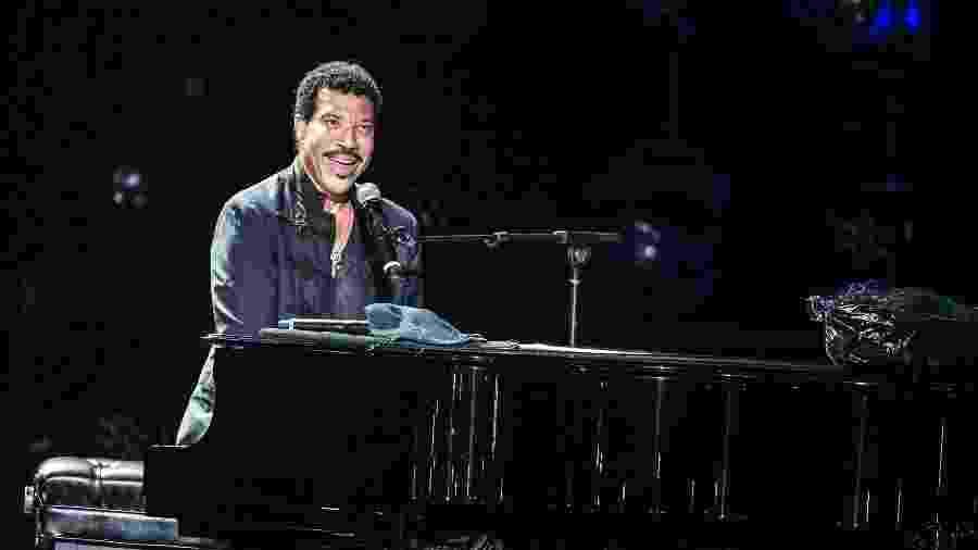 """9.mar.2016 - Na noite desta quarta-feira, Lionel Richie encerrou sua turnê no Brasil. O cantor apresentou o show """"All The Hits All Night Long"""" no Ginásio do Ibirapuera, em São Paulo - Lucas Lima /UOL"""