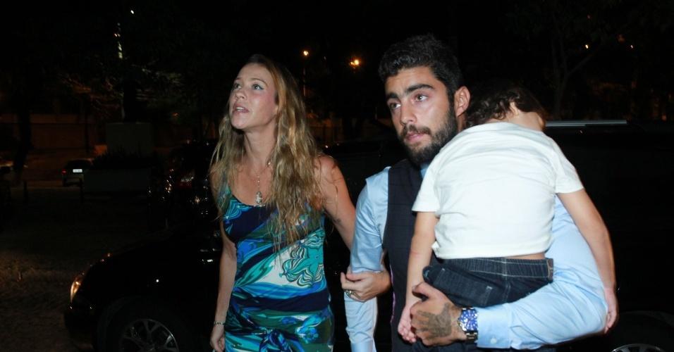 02.mar.2016 - A atriz Luana Piovani chegou para a cerimônia acompanhada do marido Pedro Scooby e o filho