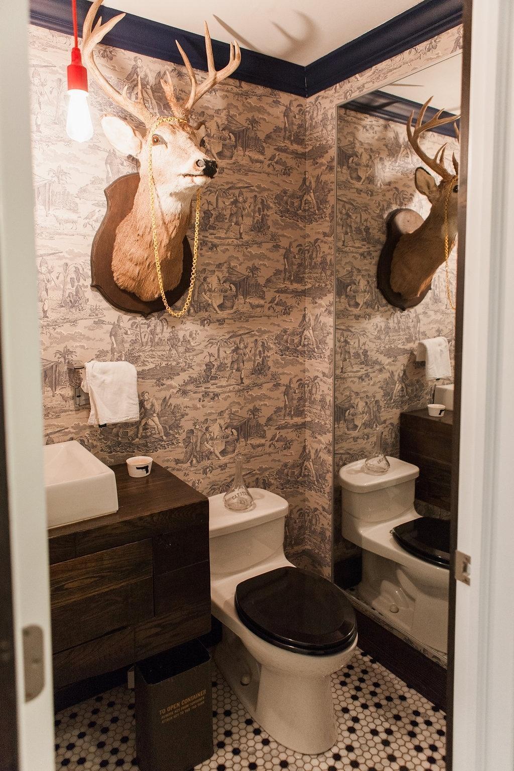 preto e branco louças brancas e gabinete em madeira completam a #B61B15 1024x1536 Banheiro Branco Preto E Cinza