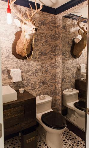 Por R$ 556 a diária, você aluga um quarto em Chicago, Estados Unidos, com um banheiro ?selvagem?. A cabeça de alce decorado com um colar, papel de parede em preto e branco, louças brancas e gabinete em madeira completam a decoração do espaço