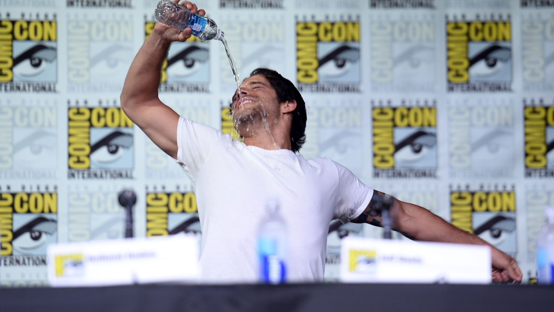21.jul.2016 - Ator Tyler Posey se empolga durante painel da série