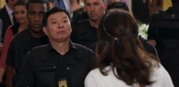 """""""Japonês da federal"""" (Carlos Takeshi) interrompe casamento em """"Haja Coração"""" - Reprodução/TV Globo"""