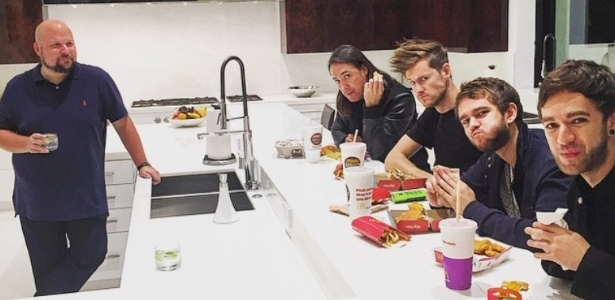 Notch (à esquerda) recebe os amigos na cozinha de sua mansão - Reprodução/Instagram