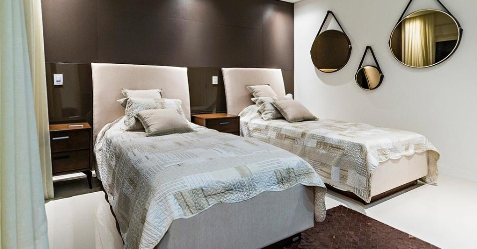Em uma casa concebida para uma família que adora receber, a suíte dos hóspedes foi decorada com cores neutras e mobiliário que privilegia o conforto. O local teve como inspiração os quartos de hotéis butique e foi desenvolvida pelos profissionais do EB Arquitetura
