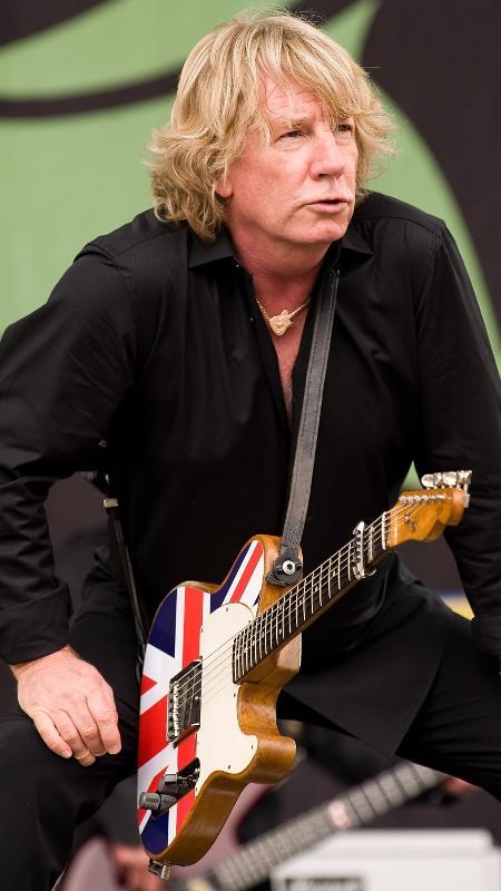 Rick Parfitt se apresenta com o Status Quo no Festival Glastonbury, em 2009 - AFP PHOTO / LEON NEAL